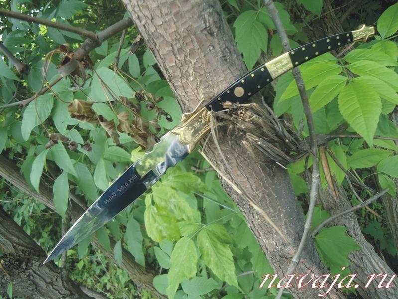 18 фото. Наваха фирмы Muela. стилизация под ножи 18-го века. Клинок - 15 см нержавеющая сталь, вогнутые спуски. Рукоять латунь, черный пластик, латунные клепки, гравировка.